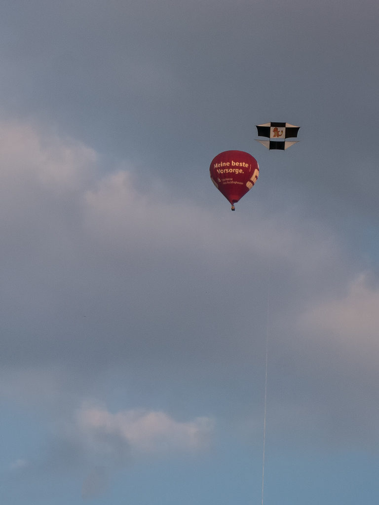 Ballon und Drachen gemeinsam am Himmel